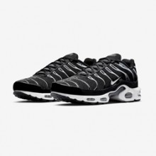 20ce9f24d2 This Nike Air Max Plus Showcases a Classic Combo