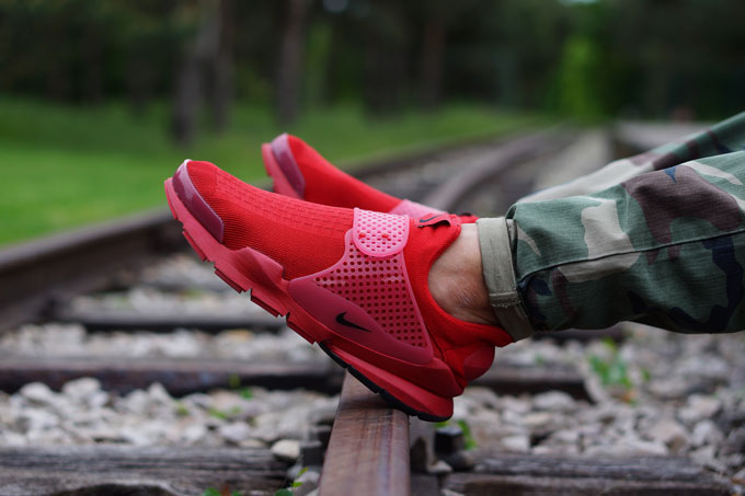 https://www.thedropdate.com/wp-content/uploads/nike-sock-dart-independence-day-red-side.jpg